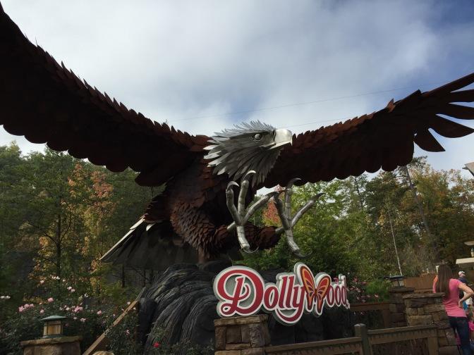 Dollywood parcialmente evacuado por los fuegos que azotan la zona