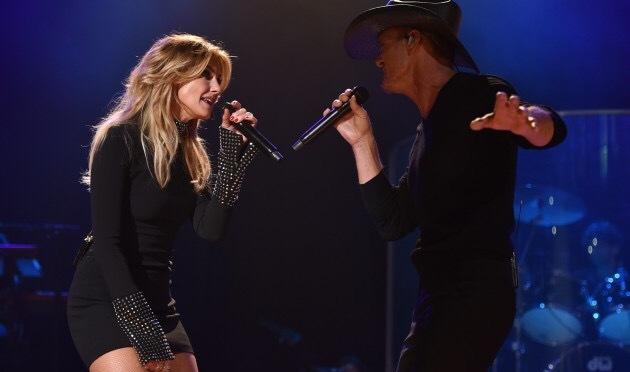Faith Hill y Tim McGraw celebran 20 años de matrimonio juntos sobre el escenario
